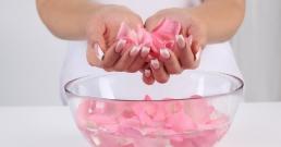 Козметично средство и лековита напитка - това е розовата вода